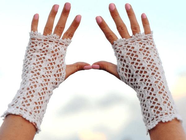 Crochet Lace Fingerless Gloves Pattern by Yaarnen