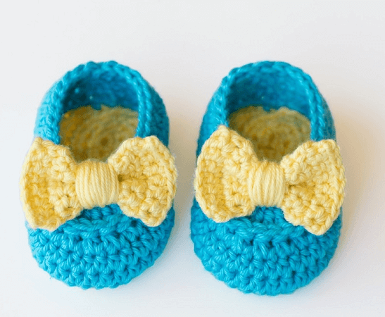 Easy Crochet Baby Booties With Bow Pattern by Hopeful Honey