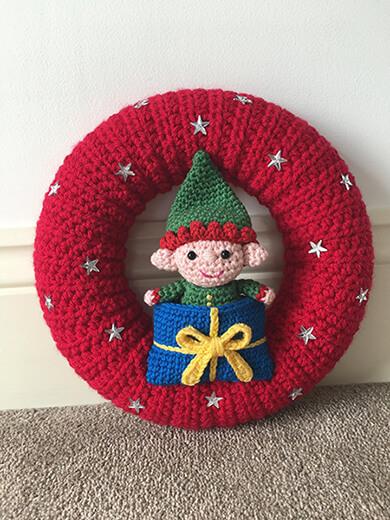 Elf in a Present Sleeping Bag Crochet Christmas Wreath Pattern By LauLovesCrochet