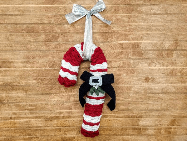 Crochet Candy Cane Wreath Pattern by Highland Hickory Dsgns