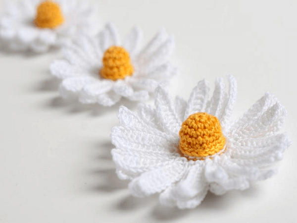 Crochet Daisy Flower Pattern by Yarn Twist