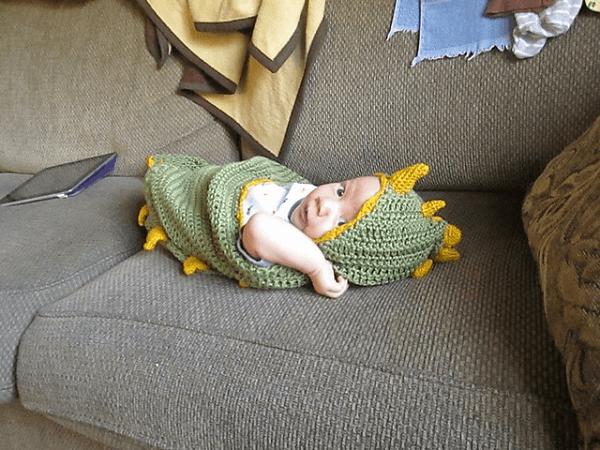 Baby Dinosaur Hooded Blanket Crochet Pattern by Saskia Van Hecke