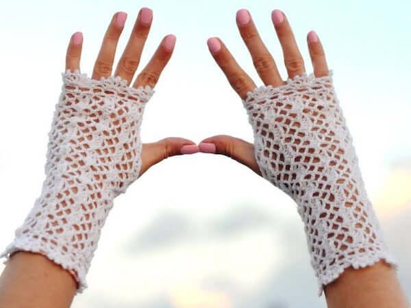 Fingerless Gloves Lace Crochet Pattern by Yaarnen