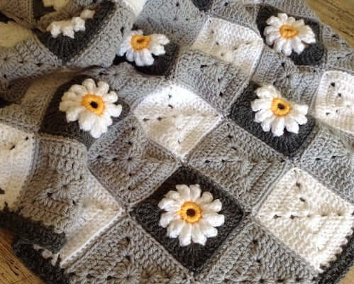 9. Gingham And Daisies Crochet Blanket Pattern by Lullaby Lodge